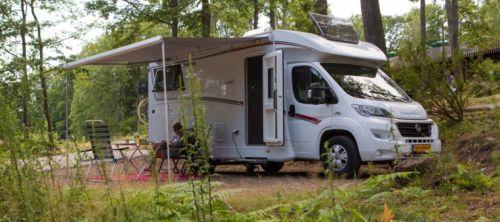 Half-integraal camper Camperhuren.nl in het bos